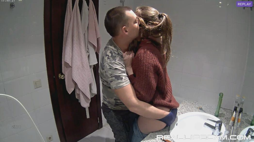 Martina and Alberto Kissing, Ass Finger in Bath at RealLifeCams